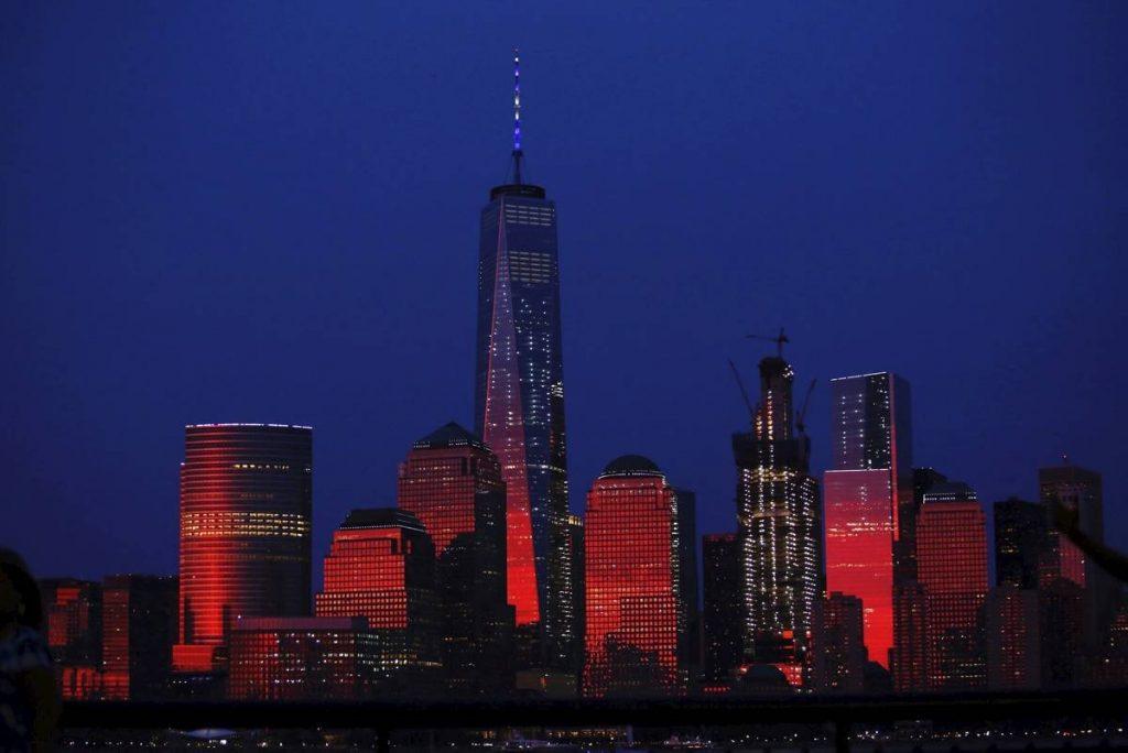 De top van de Freedom Tower, New York, kleurde in het wit-blauw van de Israëlische vlag als eerbetoon aan Wiesel