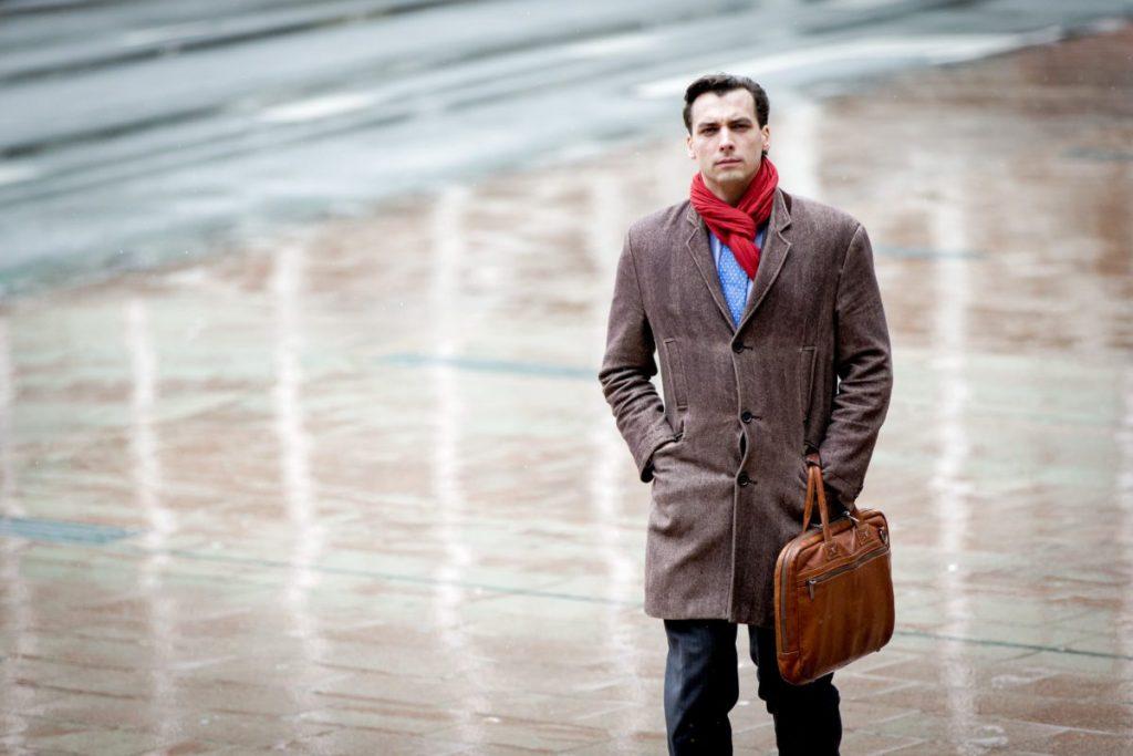 2016-03-04 12:40:31 DEN HAAG - Thierry Baudet de voorzitter van de Stichting Forum voor Democratie komt aan bij de rechtbank voorafgaand aan de rechtzaak tegen minister Ronald Plasterk van Binnenlandse Zaken. Inzet is het gebrek aan stembureaus tijdens het referendum over het associatieverdrag met Oekraine. ANP ROBIN VAN LONKHUIJSEN