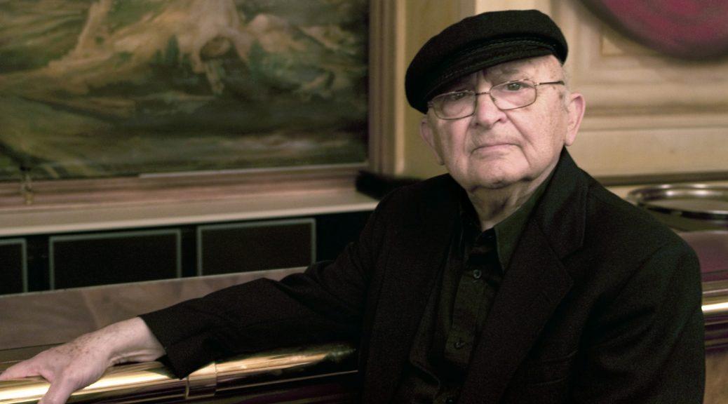 """POUR ILLUSTRER LE PAPIER : """"AHARON APPELFELD, DERNIER GRAND ECRIVAIN ISRAELIEN TEMOIN DE LA SHOAH"""" - Photo de l''écrivain israëlien Aharon Appelfeld prise le 27 mai 2010 dans un hôtel de centre de Lyon. A 78 ans, Aharon Appelfeld, dernier grand écrivain israélien à avoir été témoin de la Seconde guerre mondiale, continue à explorer l'écriture de """"La catastrophe"""" qui l'a poussé sur les routes d'Europe alors qu'il n'avait pas dix ans, des forêts d'Ukraine aux cuisines de l'Armée rouge. AFP PHOTO PHILIPPE MERLE (Photo credit should read PHILIPPE MERLE/AFP/Getty Images)"""